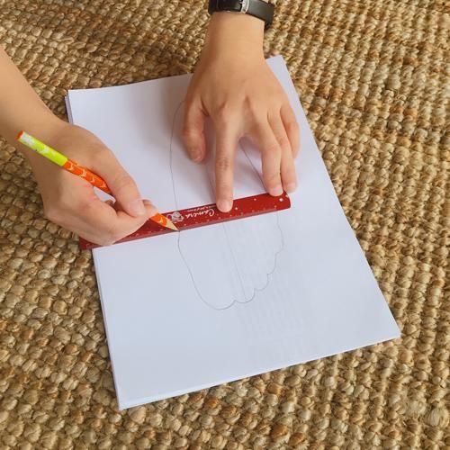 用尺將上下左右最突出的點連成水平線,就能測出腳長和腳寬(圖片來源:FMshoes)